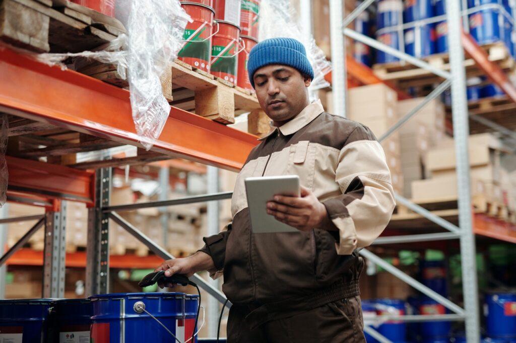 Lagerarbeiter scannt Ware