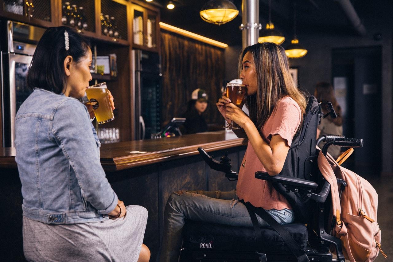 Frauen in einer Bar