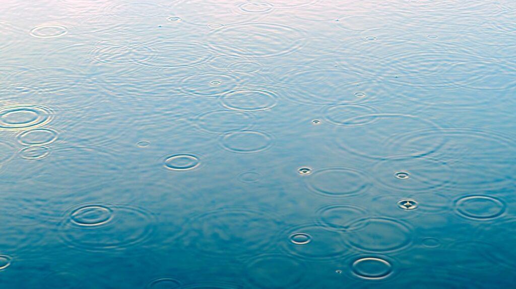 Regen wird in einer Zisterne gesammelt